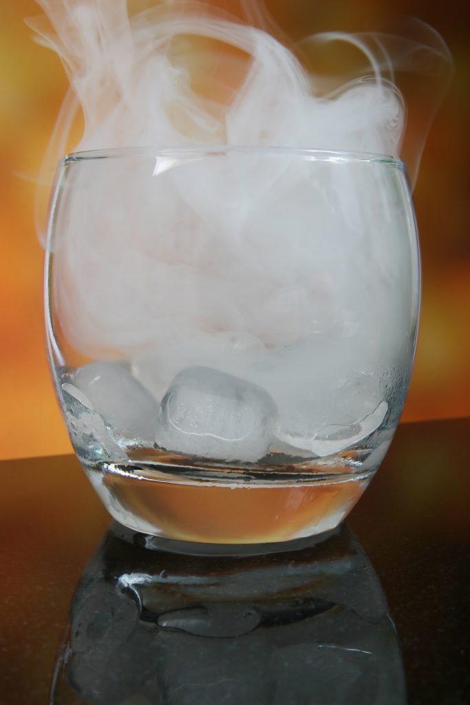 Vino blanco con hielo, la opción que divide.